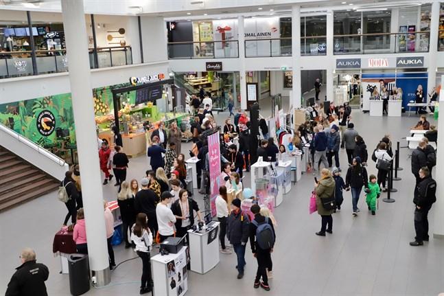 Rewell Center varr fylld med ungdomar och deras företag när Finlands största Våga vara företagsam-semifinal hölls i Vasa på tisdagen.