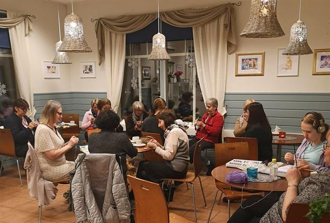 En midsommarstång är nästa projekt för handarbetande Kasköbor. Här ses från vänster Kirsi Mertala, Tiina Kangas, Lisbeth Siegfrids, Reija Toikka-Klutse (med ryggen mot), Hilkka Udd, Birgitta Virta, Fanny Kukkonen(ryggen mot), Vuokko Kuhalampi, Anne Parkkonen, skymd Marja-Liisa Sjöblom, Arja Lehtonen, Mariko Roos och Marja-Leena Roos.