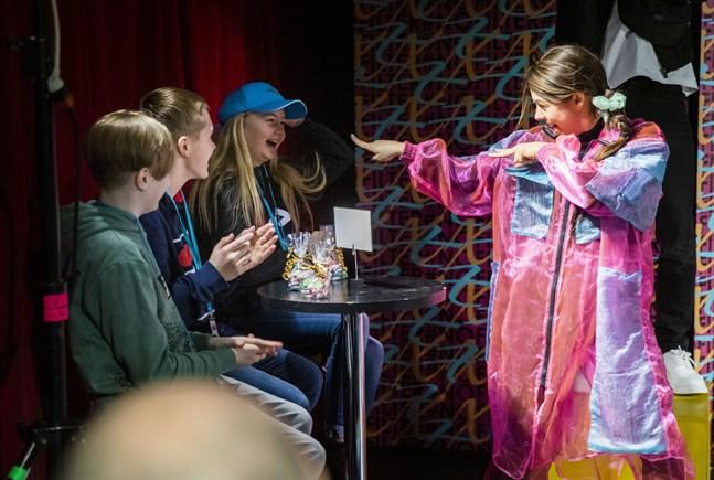 AleXis (Susanne Marins) samtalar med några av sina fans, eller egentligen Öviseleverna Malte Björkgren, Iisakki Södervik och Amanda Åstrand som fick se ett smakprov ur föreställningen #Nofilter.