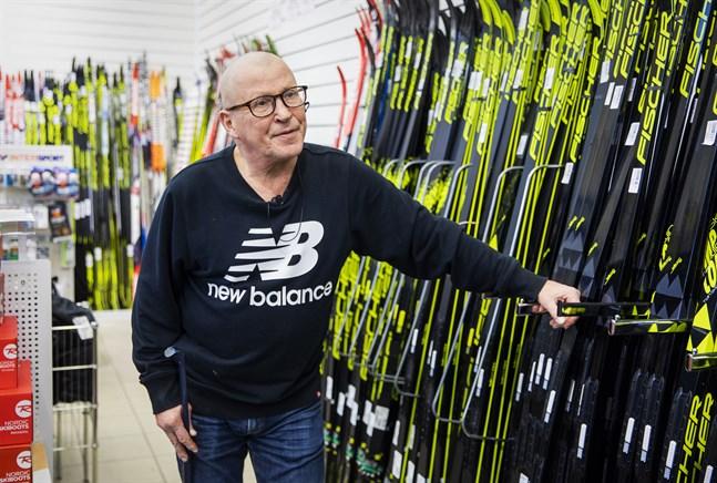 Olli Saarinen, försäljare på Intersport Wasasport, säger att försäljningen av främst längdskidor har varit utmanande.