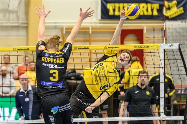 Tiikerits Jere Mäkinen (7) slår bollen förbi Antti Ropponens blockering. Ropponen med 24/+13 var planens bästa spelare.