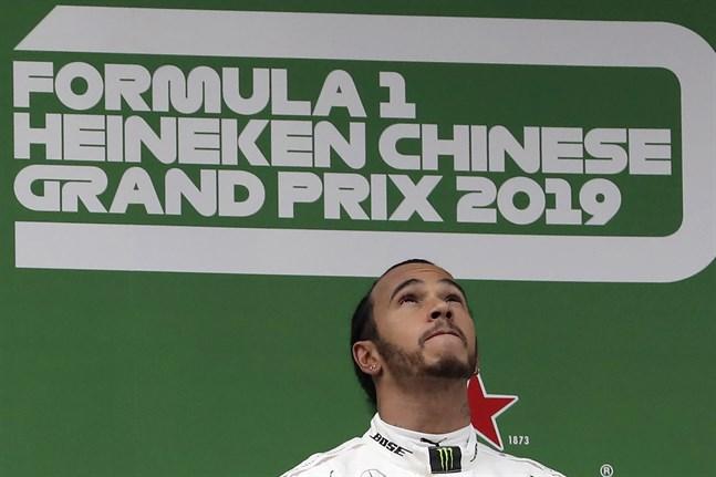 Mercedesföraren Lewis Hamilton vann Kinas Grand Prix i Shanghai i fjol. Men i år blir det ingen tävling. Oron för coronaviruset gör att den ställs in. Arkivbild.