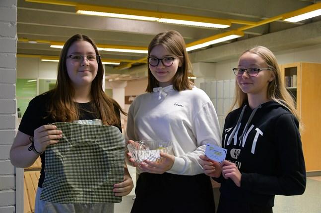 Lina Thijssen, Corinn Pirttimäki och Patricia Gröndahl täcker salladsskålen med bivaxduk istället för plastfilm – miljögärningen ledde dem ända till Helsingfors.
