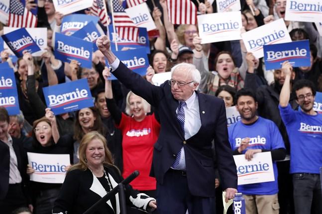 Bernie Sanders inför jublande anhängare på sin valvaka i New Hampshire.