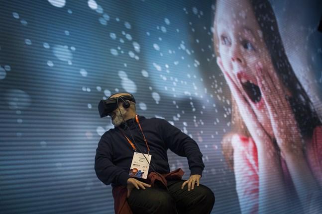 En demonstration av VR-glasögon under telekommässan i Barcelona i fjol.