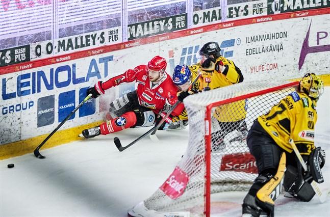 Filip Riska, här hemma mot KalPa, gjorde sitt femte mål för säsongen borta mot Kärpät.
