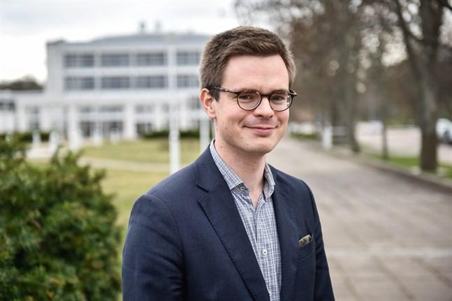 Nils Torvalds nya specialmedarbetare Robert Vickström är journalist på Nya Åland.