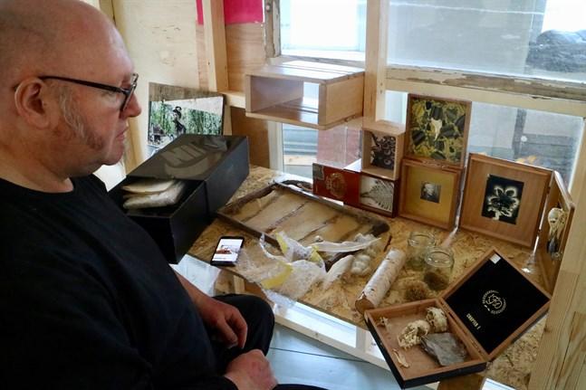 Konstnären Mike Inglis bygger vad han kallar för en helgedom för den självlärde konstnären Elis Sinistö. I den ingår saker som han har hittat i naturen, till exempel små djurskelett.