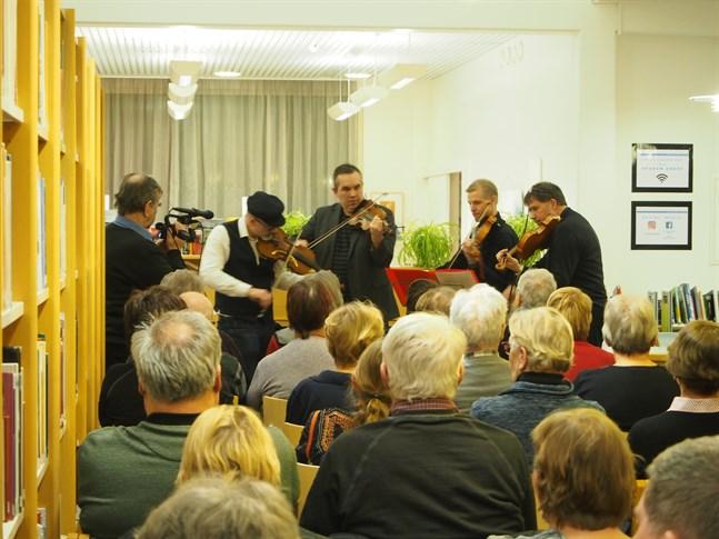 Nyskrivna spelmanslåtar framfördes av från vänster Kenneth Nordman, Mats Granfors, Jens Hagback och Kent-Ole Qvisén.