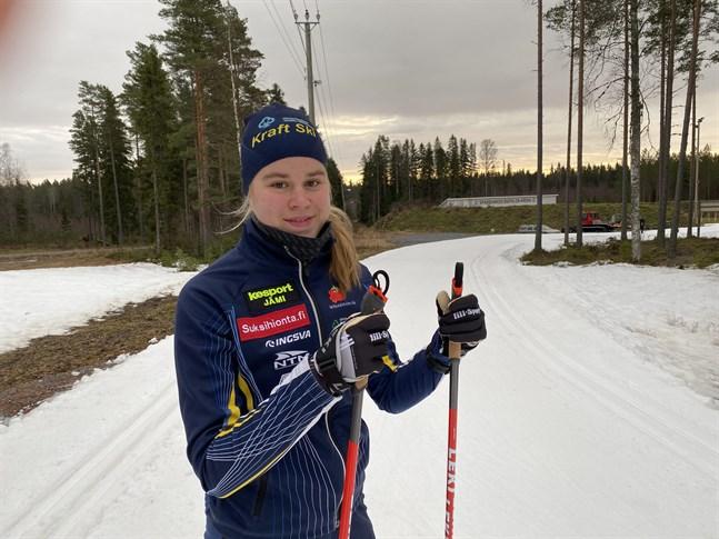 Junioren Frida Häggkvist ställs mot landets damelit över veckoslutet vid FM på skidor.