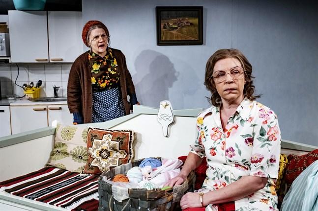 Hanna Vähäniemi (till vänster i bild) och Irina Parviainen (till höger i bild) övertygar i sina roller som Äite och Aili.