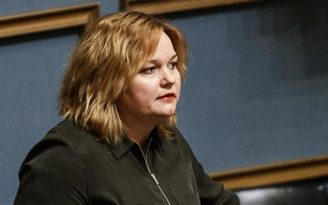 Familje- och omsorgsminister Krista Kiuru (SDP) var märkbart irriterad på oppositionens kritik mot vårdardimensioneringen.