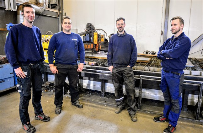 I fjol köpte Maxi Laser grannföretaget Plasma Steel, grundats 2008. Tiden var mogen säger Plasma Steels ägare Johnny Österberg och Thomas Svedström (i mitten), numera anställda av Markus Westerlund och Petter Stenlund.