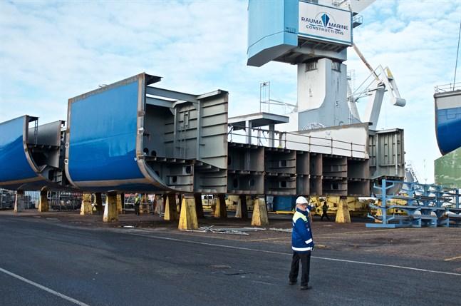 Vid torrdockan står flera färdiga storblock. Här syns tre av dem, samt försäljningsdirektören Håkan Enlund.