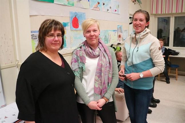 Sundbyborna Tiina Cederström, Pernilla Nymark och Madelene Wingren ser alla att skolan har en betydelse för byn. Men läggs skolan ner har de i alla fall en mötesplats i Sundby UF:s lokal, en förening som både Cederström och Wingren är aktiva i.
