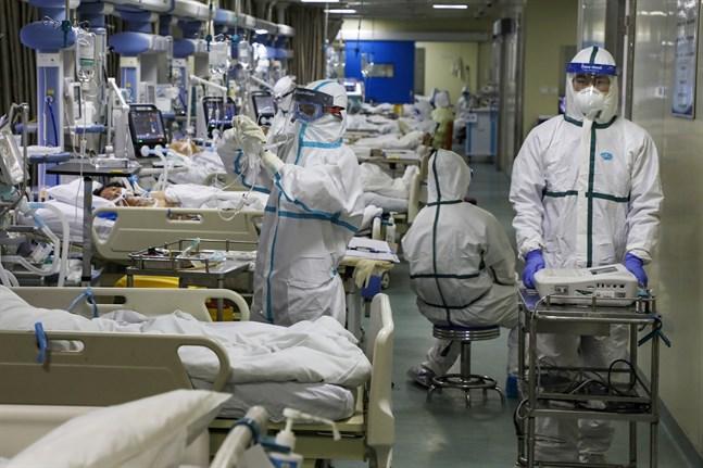 Patienter och vårdpersonal på en intensivvårdsavdelning i den värst drabbade staden Wuhan.