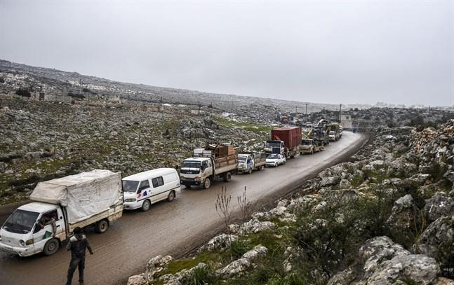 Civila syrier flyr från krigshärjade Idlib i dåligt väder. Bilden är tagen på torsdagen.