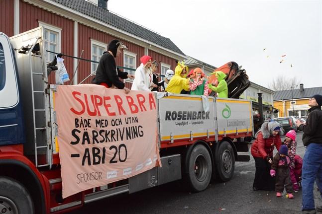 Abiturienterna fixade karamellregn på torget i Kristinestad.