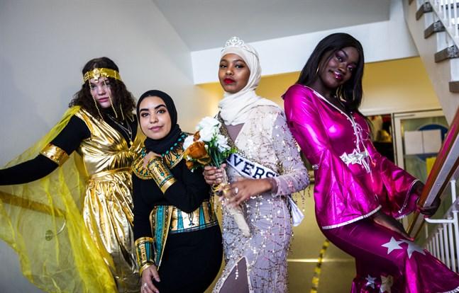 Serafia Keski-Valkama är en egyptisk gudinna, Mariam El-Ashmawy är Cleopatra, Fadumo Hersi är Miss Universe och Sara Lamni är discodrottning. Alla fyra är abiturienter på Vaasan lyseon lukio.