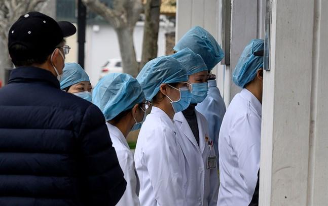 Sjukskötare bär ansiktsmasker vid ett sjukhus i Shanghai.