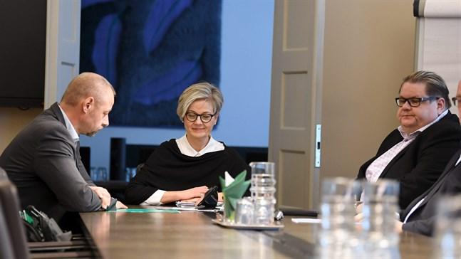 Jyrki Hollmen, Vuokko Piekkala och Turja Lehtonen fortsätter förhandla eftersom Industrifacket inte godkände medlingsbudet.