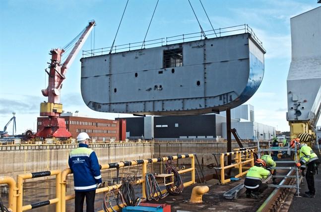 Den första delen av nya färjan, ett block på 26 x 12 x10 meter, sänks ned i torrdockan.