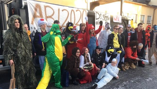 Årets abiturienter i Topeliusgymnasiet är ovanligt få, eller 30, vilket också märktes på en ovanligt låg ljudnivå då de freestylade ut från skolområdet.