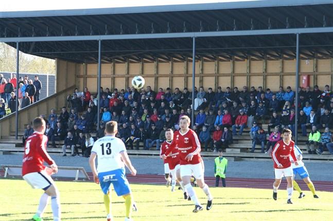 Korsnäs FF och Kraft möts direkt i den första omgången då fotbollstrean kör igång. Här ett foto från lagets möte i fjol.
