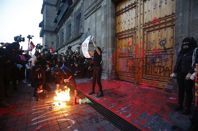 En grupp mexikanska kvinnor protesterade mot de många kvinnomorden i landet utanför presidentpalatset i Mexico City.