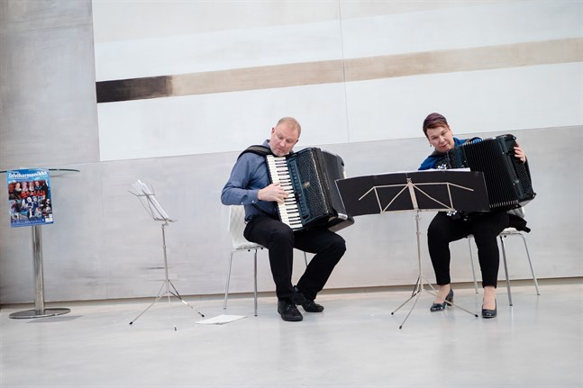 Jörgen Sundequist och Päivi Mettälä lever och andas dragspel. Under fredagen spelade de i Campus Allegros aula i Jakobstad.