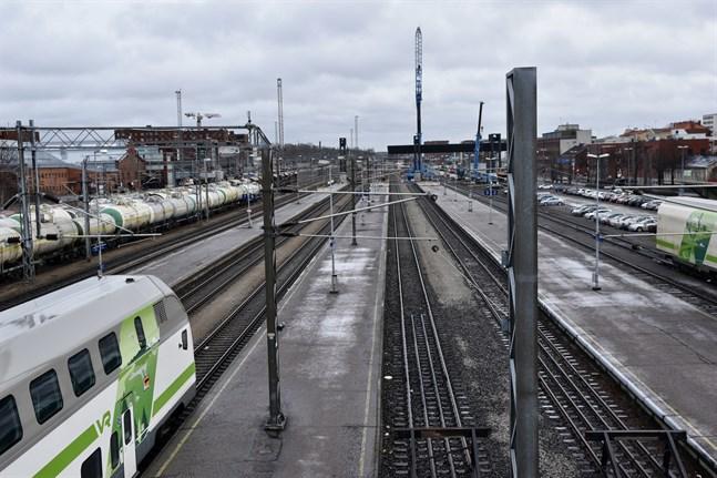Snart kan planeringen av Entimmeståget till Åbo och Finlandsbanan börja på allvar. Kommunerna och staten lägger in flera hundra miljoner euro i planeringen och hoppas på saftiga bidrag från EU.