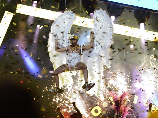 """Sean Banan hade på sig en paljettblöja och änglavingar när han tävlade i Melodifestivalen 2013 med bidraget """"Copacabanana""""."""