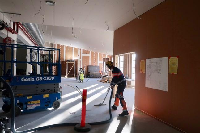 Städning pågår inför taklagsfesten. I bakgrunden syns det som ska bli matsalen som också kan användas som lärmiljö.
