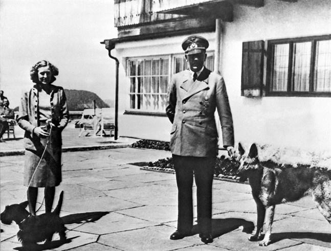 Adolf Hitler och hans Eva Braun på ett odaterat foto från Berghof.