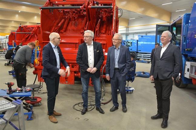 NTM har aldrig gjort en så stor affär som den som nu är på gång. Niclas Pada, Christer Ohlsson, Kurt-Erik Nordin och Anders Hägglund bekantar sig med en av de 53 sopbilarna.