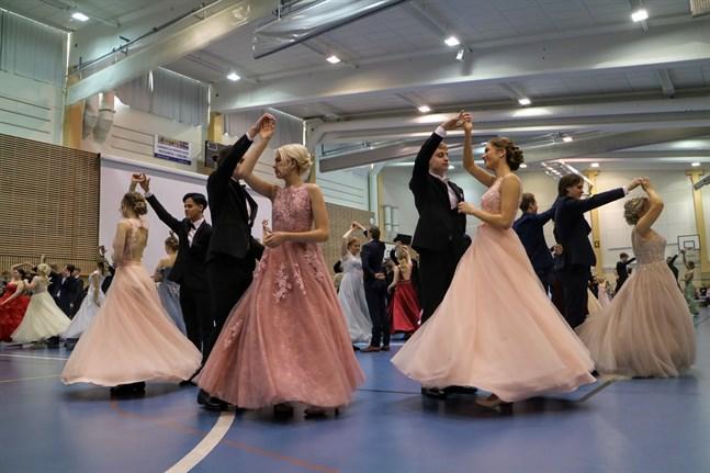Det är ännu oklart om årets tvåor i Karlebys gymnasier får dansa in sin stora dag som de äldsta i skolan. Bilden är från fjolårets dans.