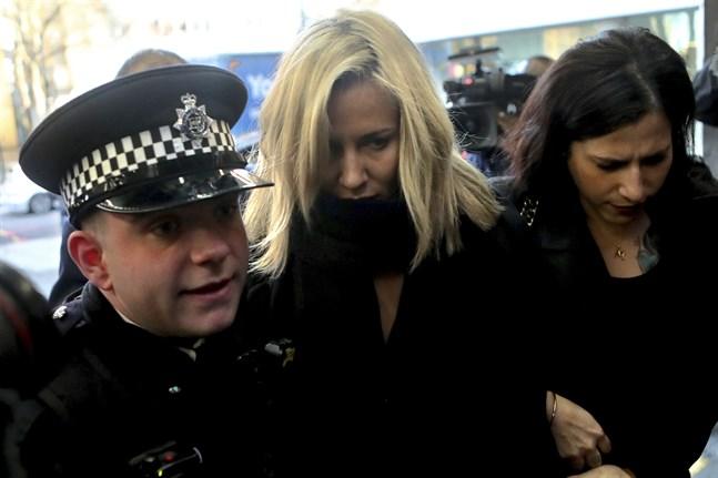 """Caroline Flack eskorteras av polisen till en domstol i London i december. Den före detta programledaren för tv-serien """"Love island"""" hade åtalats för att ha misshandlat sin pojkvän."""