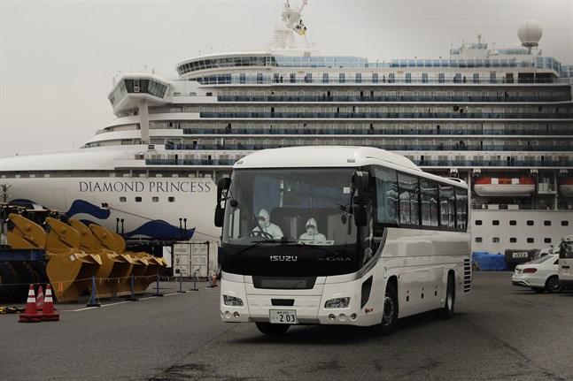 En buss lämnar hamnen där fartyget Diamond Princess ligger.