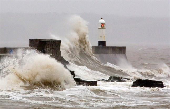 Stormen Dennis drar fram över Wales. På söndag väntas den landa i Finland.