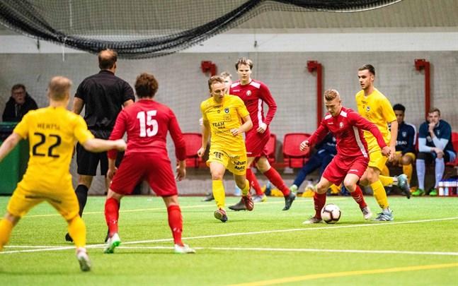 Jim Myrevik i Jaro glider fram med bollen mot AC Oulu, där Daniel Rantanen är steget efter.