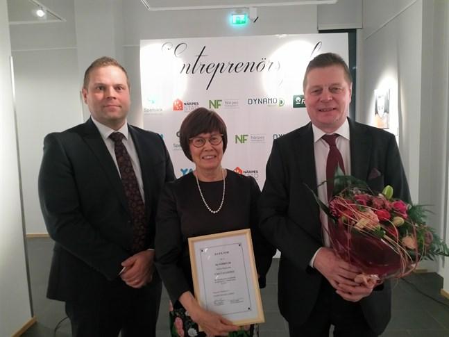 Närko blev årets företag i Närpes 2020. Vd Nicklas Pärus, styrelseordförande Christine Gullström-Louhi och koncernchef Hannu Louhi tog emot priset. Nu äger en generationsväxling rum och en ny huvudägare träder in som koncernchef.