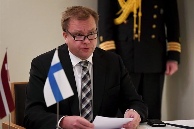 Försvarsminister Antti Kaikkonen (C) säger till Yle att han är beredd att utreda ett könsneutralt uppbåd.