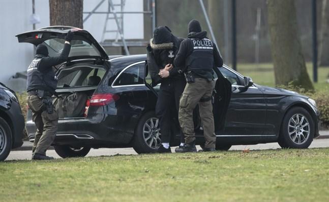 En av de misstänkta kommer till den federala domstolen i Karlsruhe.