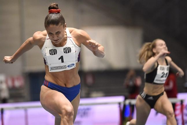 När Reetta Hurske blev diskad var det enkelt för Nooralotta Neziri att löpa hem guldet på 60 meter häck.