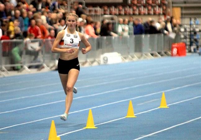 Nathalie Blomqvist är tillbaka där hon hör hemma – det vill säga på löparbanan. Säsongspremiären begick hon i Helsingfors. Bilden är från förra vinterns halltävlingar i Tammerfors.