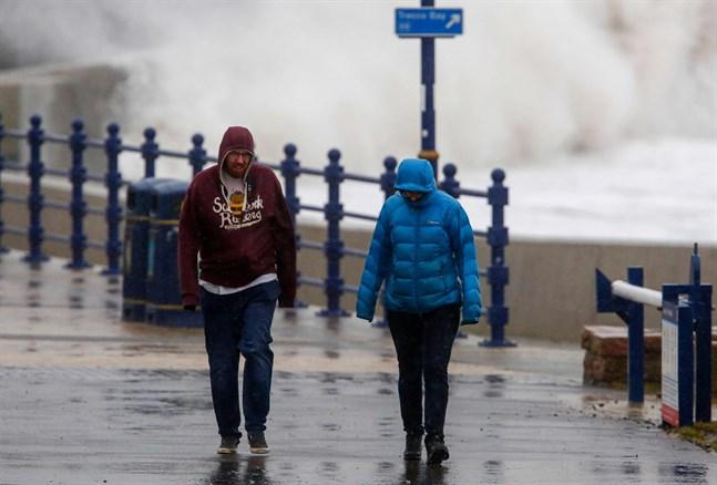 Stormen Dennis drog över Storbritannien i slutet av veckan. Den avtar något innan den når Finland på söndag kväll.