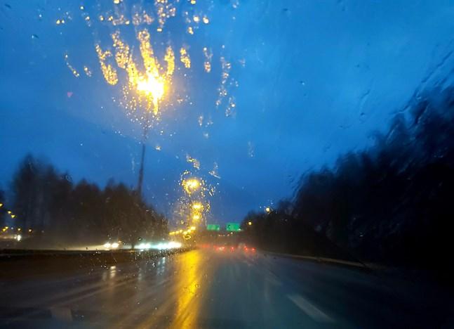 Ett ihållande regn och hårda vindar försämrade sikten för alla bilister på söndagskvällen.