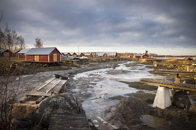 Den torrlagda, men ännu inte muddrade bassängen i Svedjehamn.