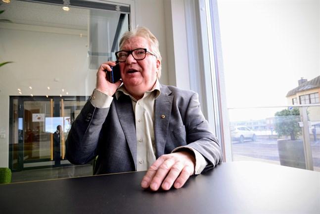 Bland allt som Raymond Wesander sysslat med under åren hör också många mil på vägen, många dygn på resande fot och många timmar i telefon.