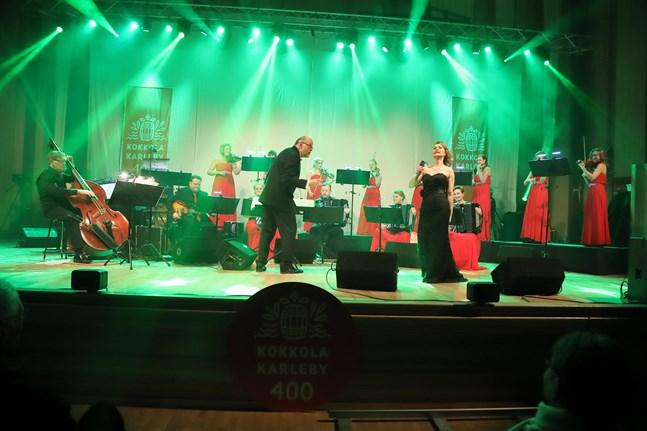 """Maria Autio var en av solisterna under """"Den stora underhållningskonserten"""" 2020. Här syns hon på scenen i Snellmanssalen med Guardia Nueva och dirigenten Raimo Vertainen."""